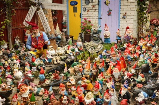This man has the world 39 s largest collection of gnomes for Costume nain de jardin