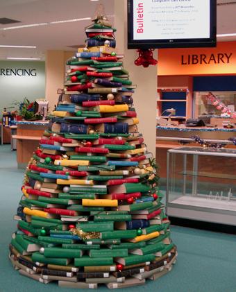 12 christmas trees made out of books the mary sue - Comment faire un sapin de noel avec un livre ...