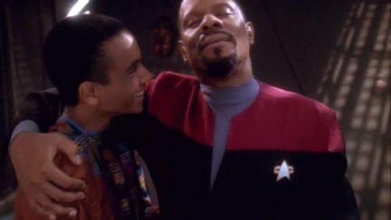 Avery Brooks and Cirroc Lofton as Benjamin Sisko and Jake Sisko in Star Trek: Deep Space Nine (1993)