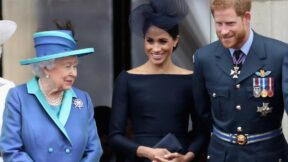 Members Of The Royal Family Attend Events To Mark The Centenary Of The RAF LONDON, ENGLAND - JULY 10: (L-R) Queen Elizabeth II, Meghan, Duchess of Sussex, Prince Harry, Duke of Sussex watch the RAF flypast on the balcony of Buckingham Palace, as members of the Royal Family attend events to mark the centenary of the RAF on July 10, 2018 in London, England. (Photo by Chris Jackson/Getty Images)